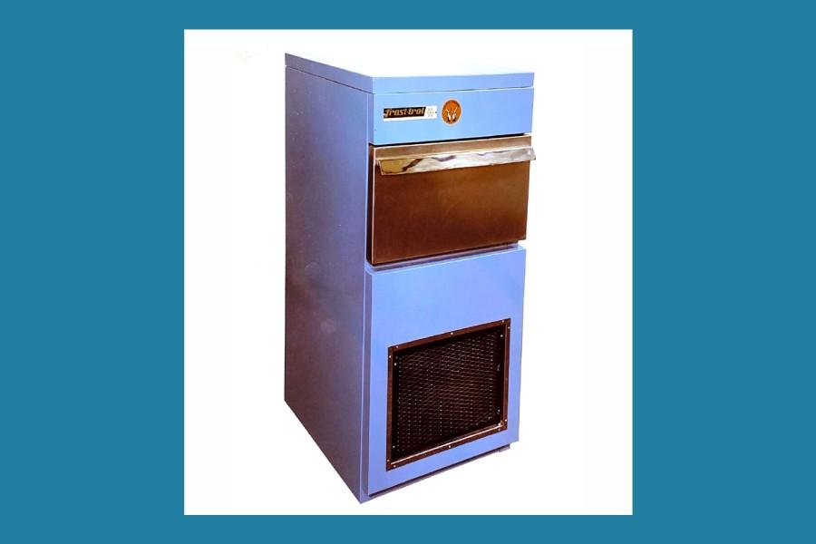 Empieza la fabricación de mobiliario frigorífico y máquinas de hielo.